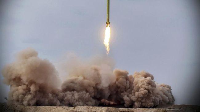 Duarrr! Intip Uji Rudal Balistik Iran yang Incar Kapal Musuh