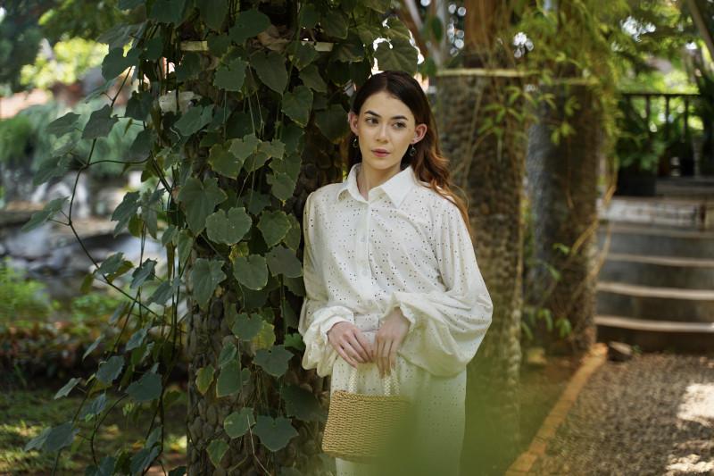 Feminin, klasik dan romantis dihadirkan dalam koleksi fesyen Nona